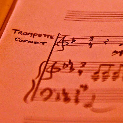 Ensemble divers avec trompettes